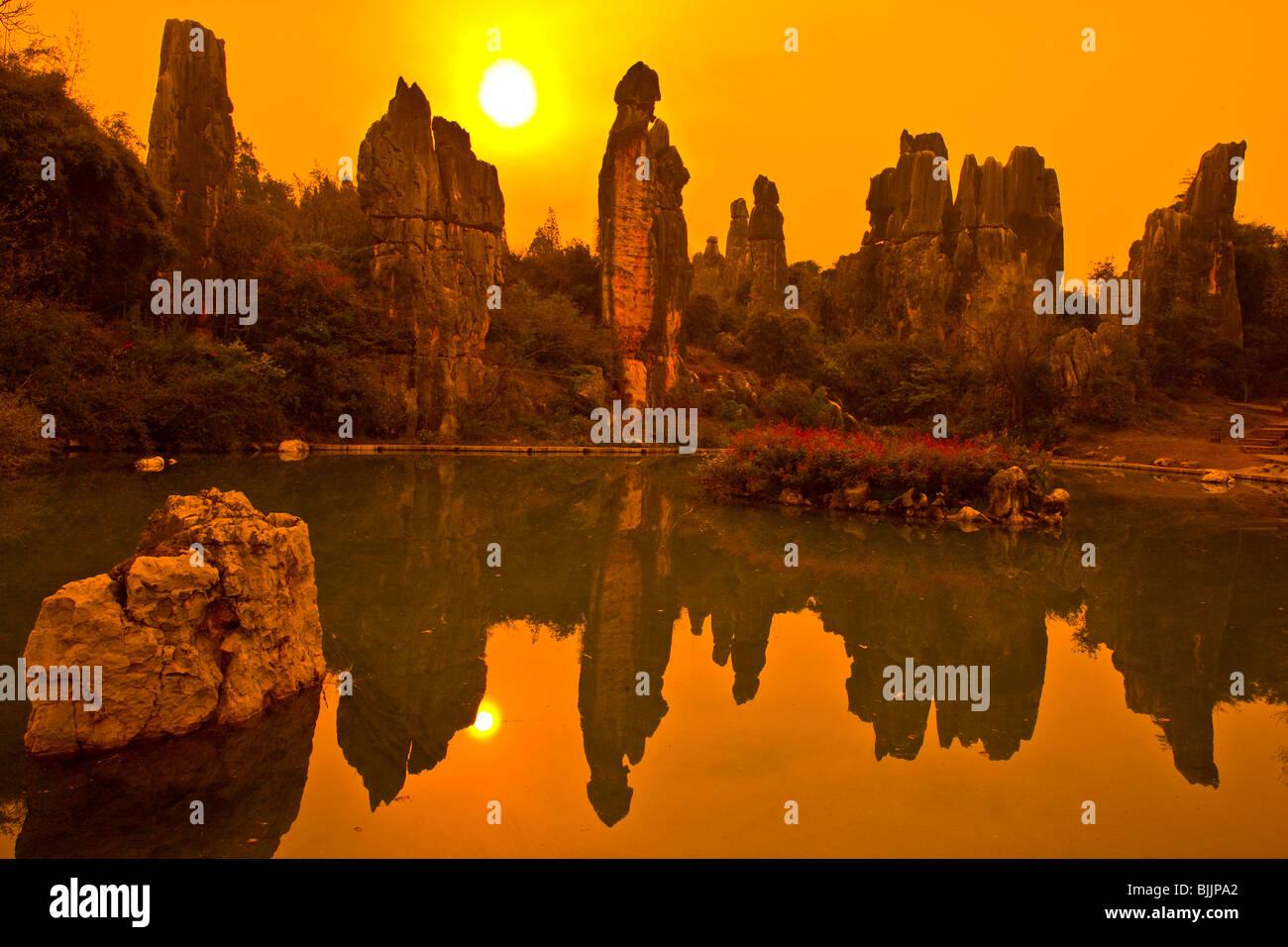 Agujas en poco bosque de piedras, piedras Forest National Geopark, China, en la provincia de Yunnan, pináculos Imagen De Stock