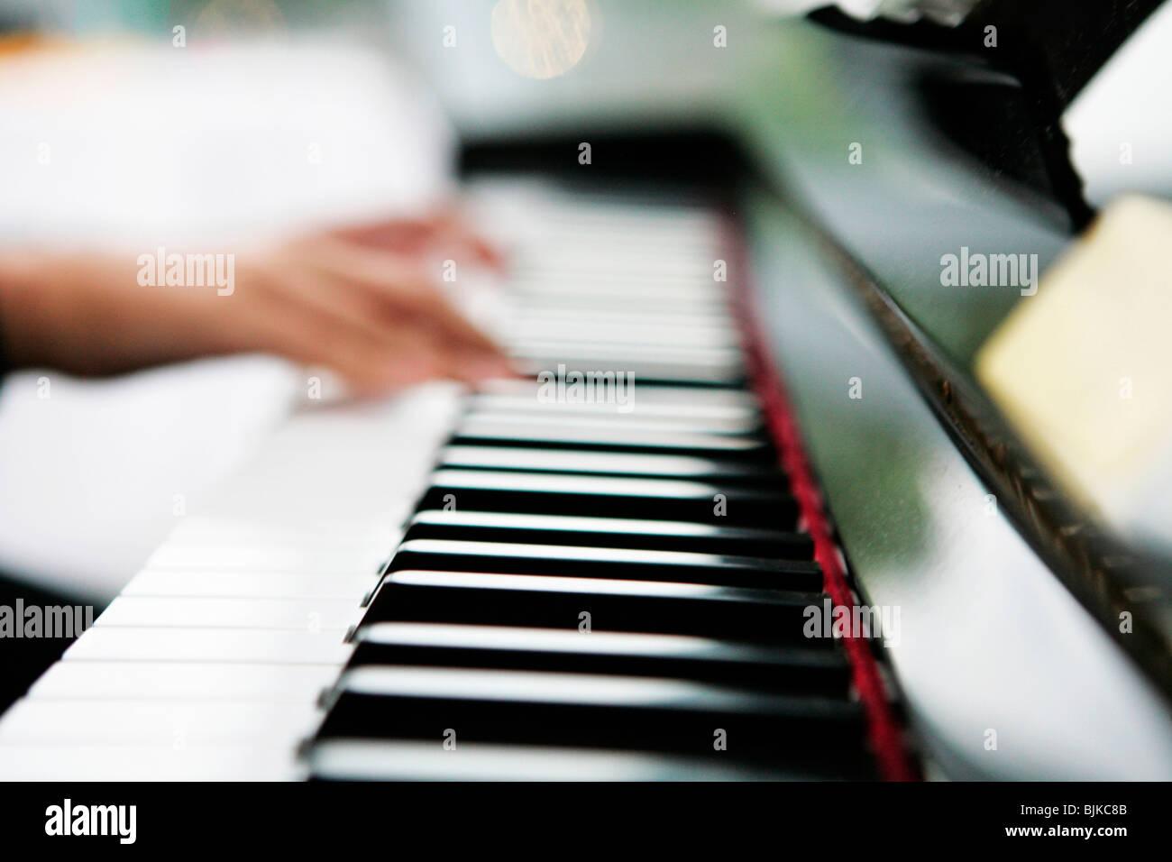 Las manos sobre el teclado de un piano Foto de stock
