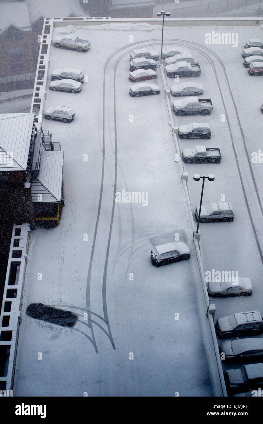 El clima de invierno con nieve y coches Foto de stock