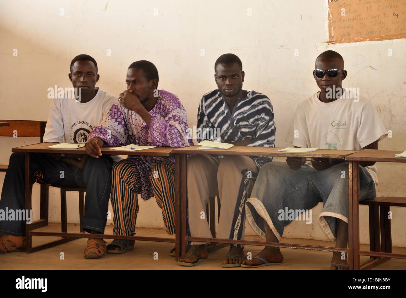 Los hombres en un curso de género en Gambia Imagen De Stock