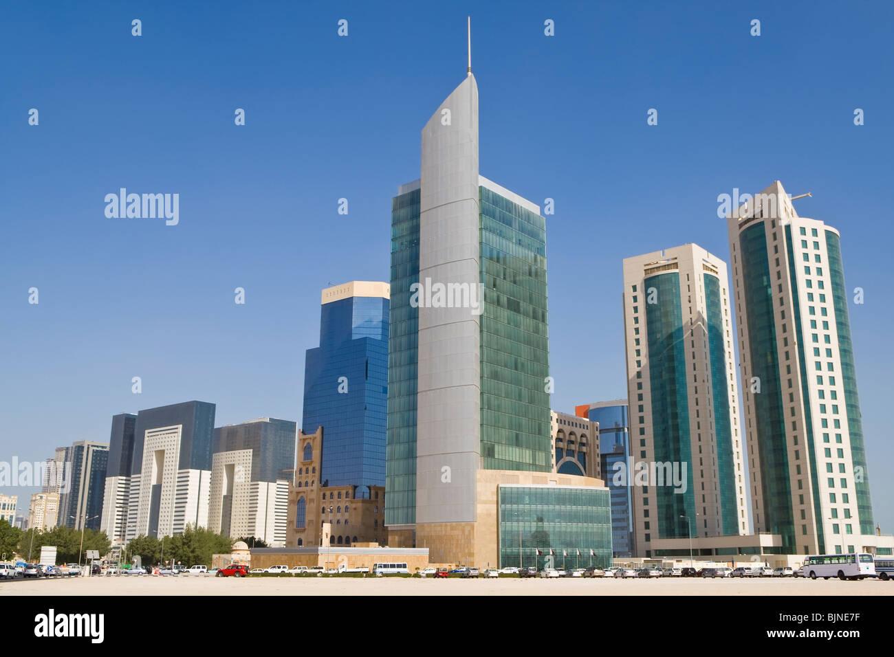 Fotografía de los rascacielos y edificios de oficinas del distrito financiero de Doha, Qatar Skyline Imagen De Stock