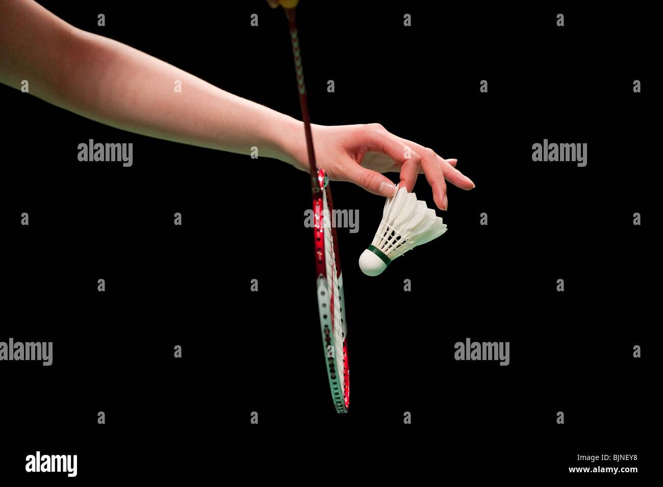 Un jugador de bádminton se prepara para servir un shuttlecock Imagen De Stock