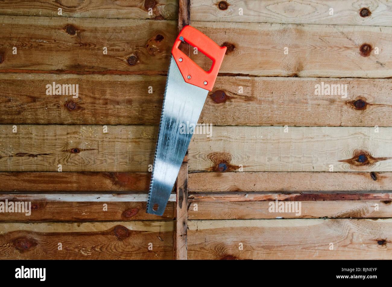 Sierra de mano de colgar en pared derramada Foto de stock