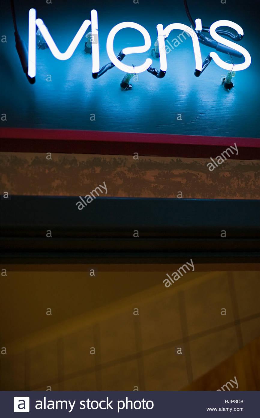 Señal de neón para mens aseos Imagen De Stock
