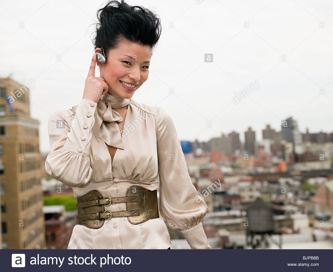 Mujer joven con dispositivo manos libres Imagen De Stock