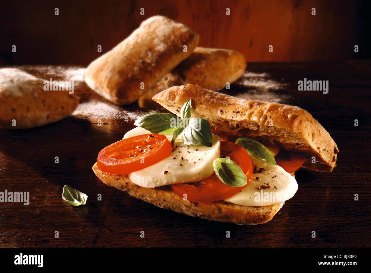 Tomate chiabatta mozerella y sandwich. Fotos de alimentos. Imagen De Stock