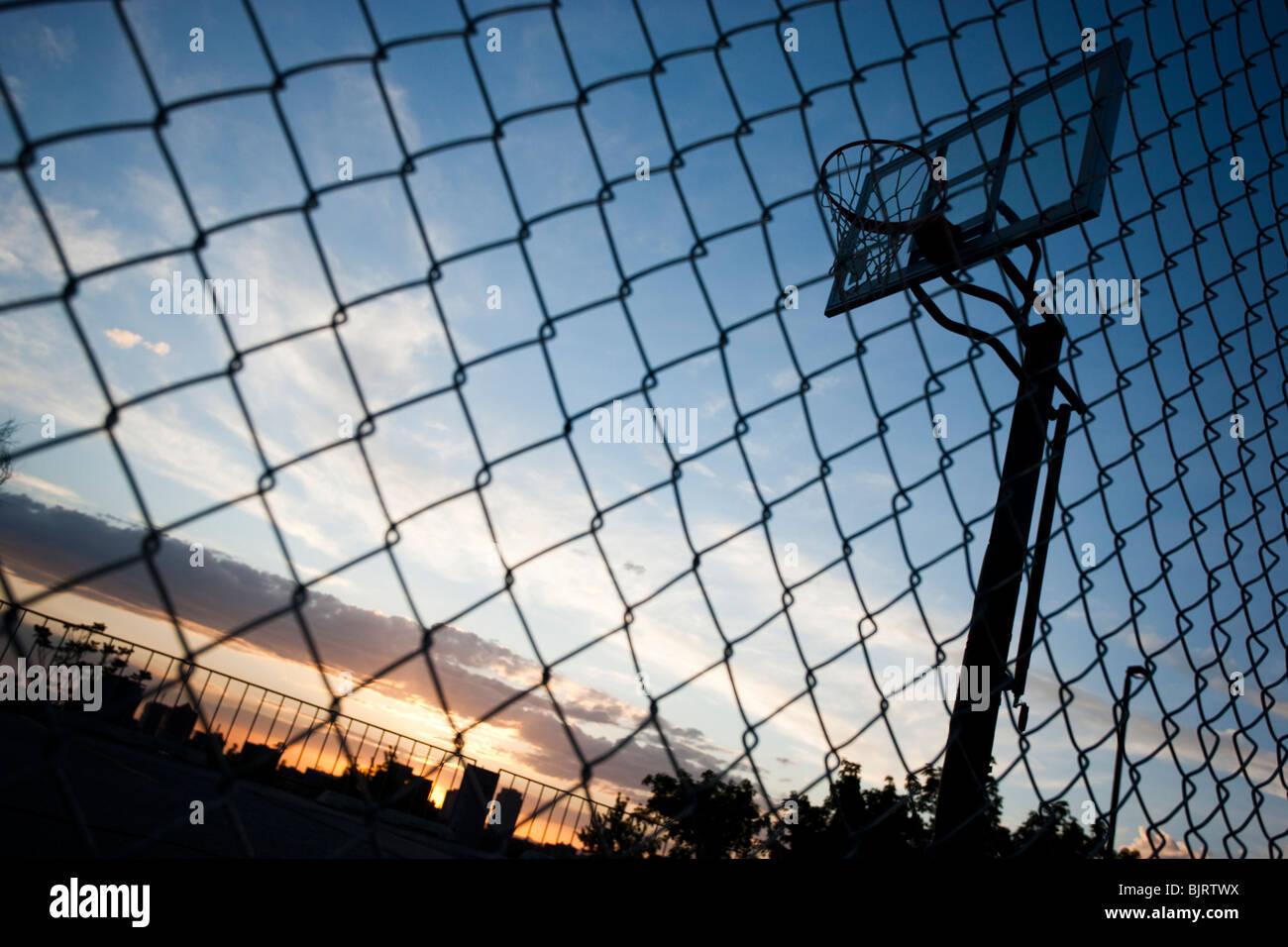 Estados Unidos, Utah, Salt Lake City, baloncesto contra el cielo, vista de ángulo bajo Imagen De Stock