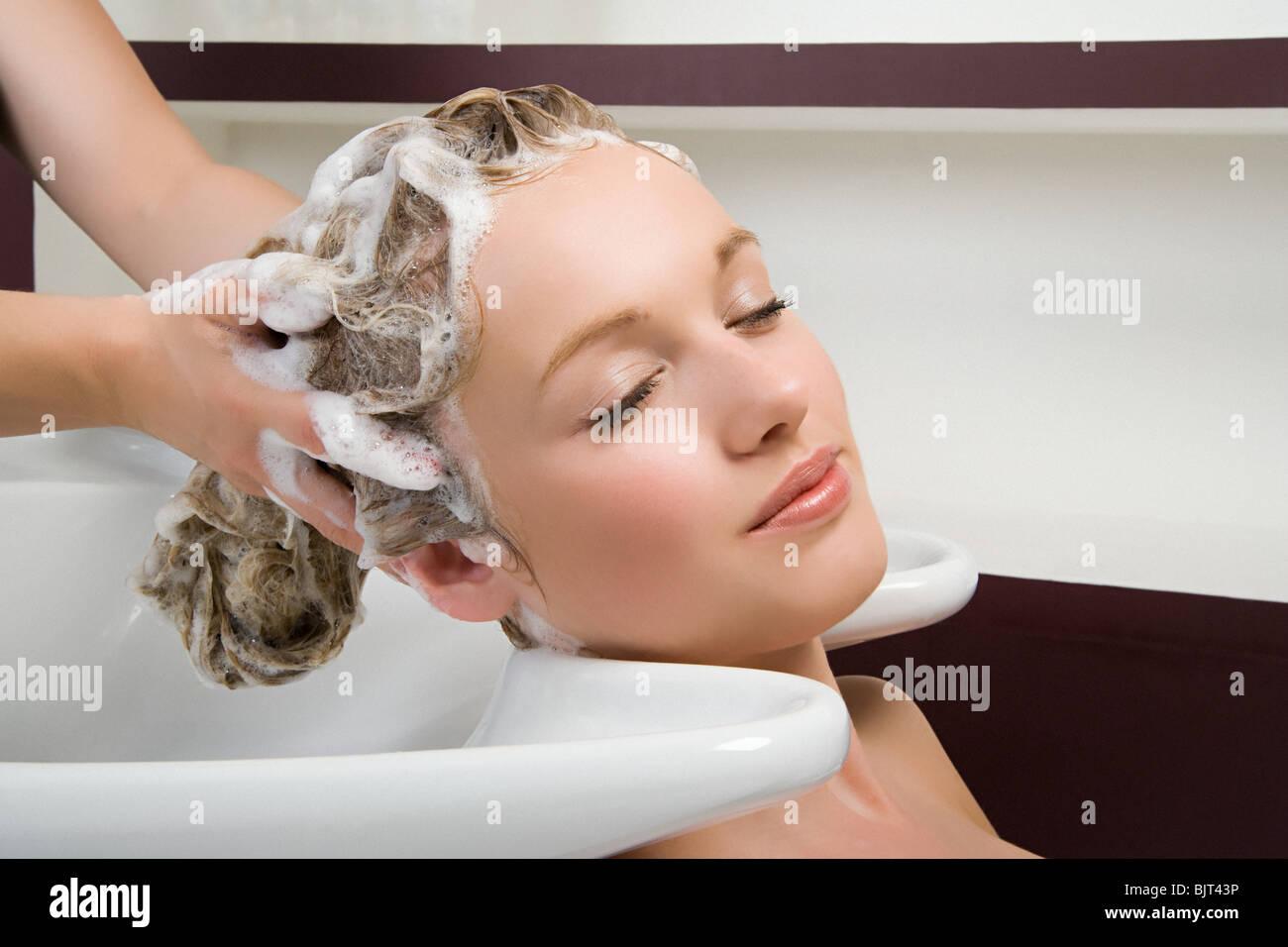 Una mujer con su cabello lavado Imagen De Stock