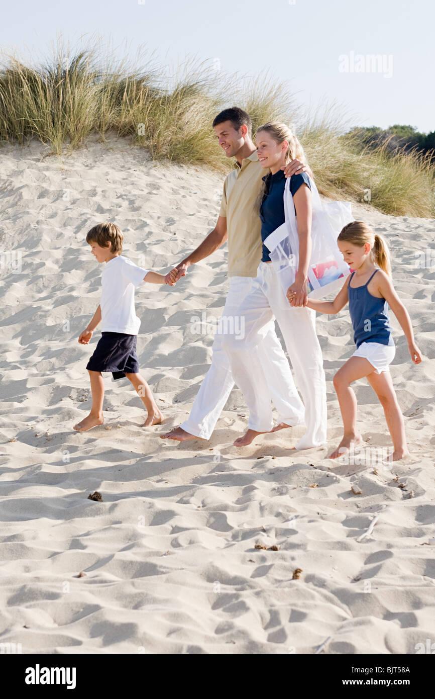 Caminando por la playa familiar Foto de stock