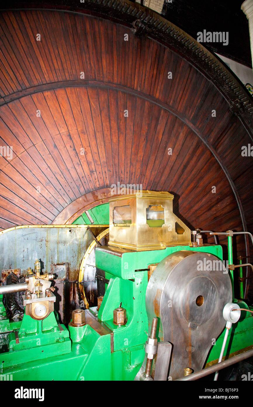Paneles de madera en el volante de inercia del motor de vapor Imagen De Stock