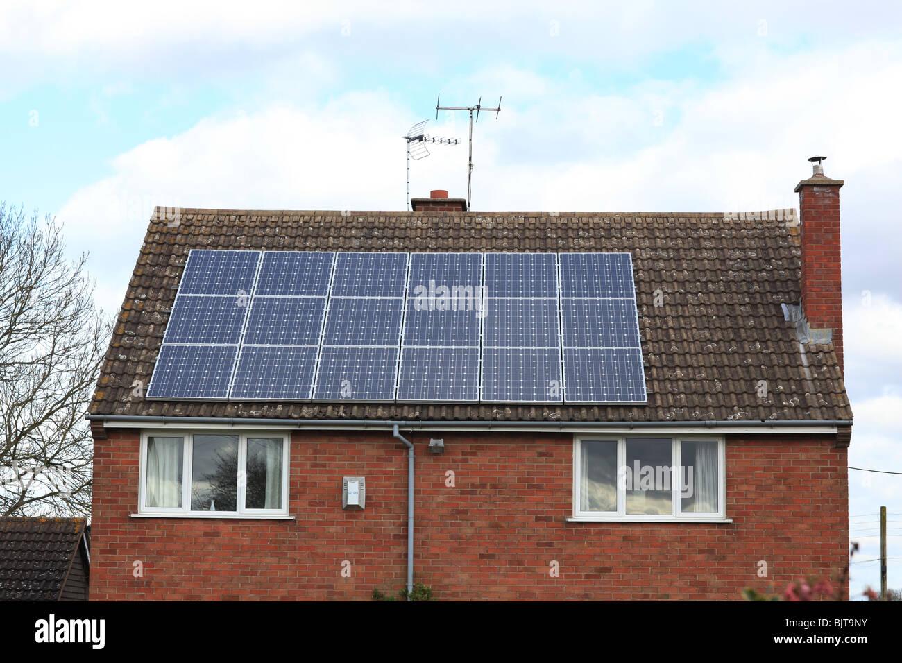 Paneles solares en una casa en el Reino Unido,se alimentan en tarifa (FIT) esquema Imagen De Stock