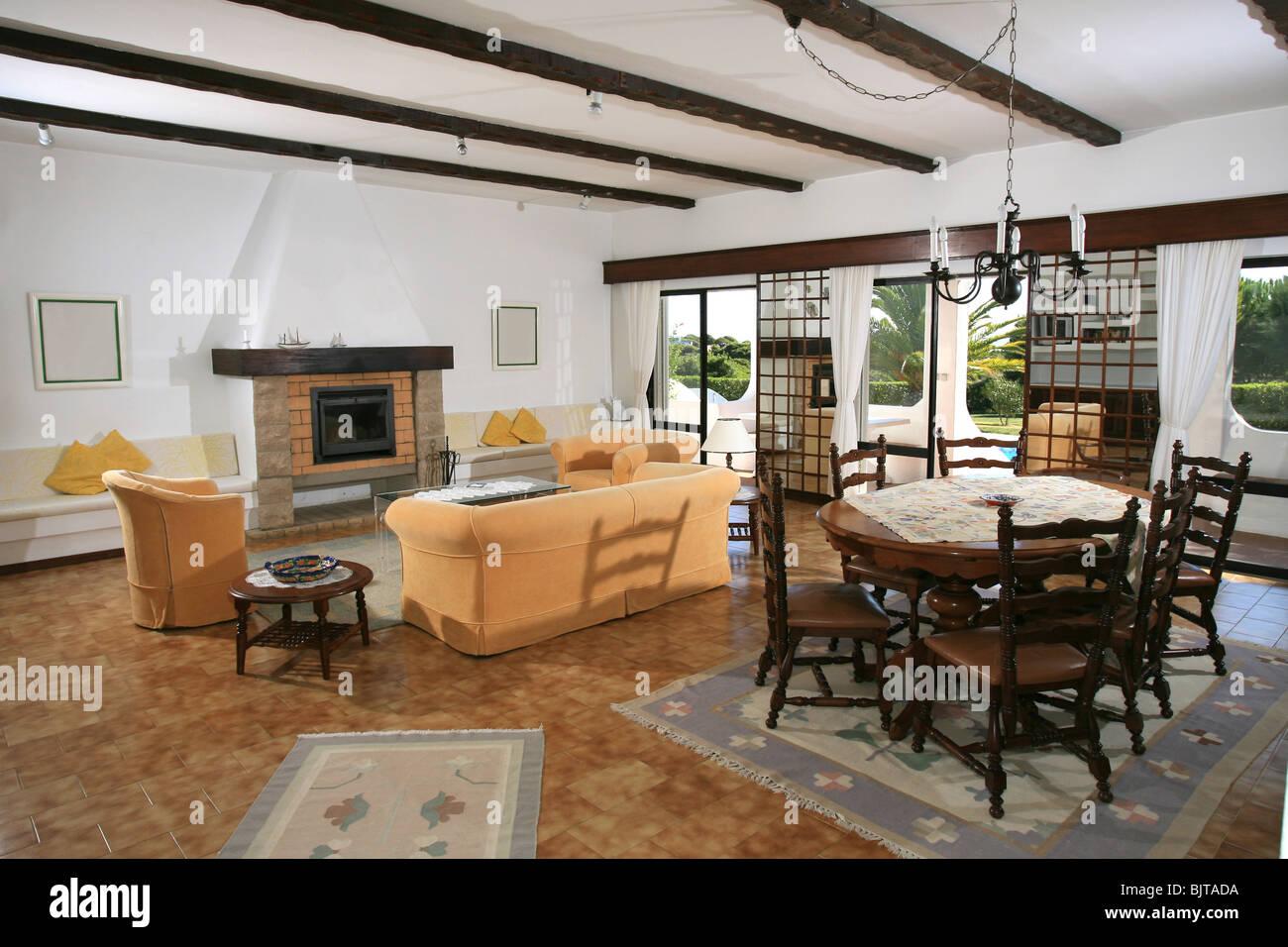 Chalet para vacaciones de salón y comedor interior con muebles ...
