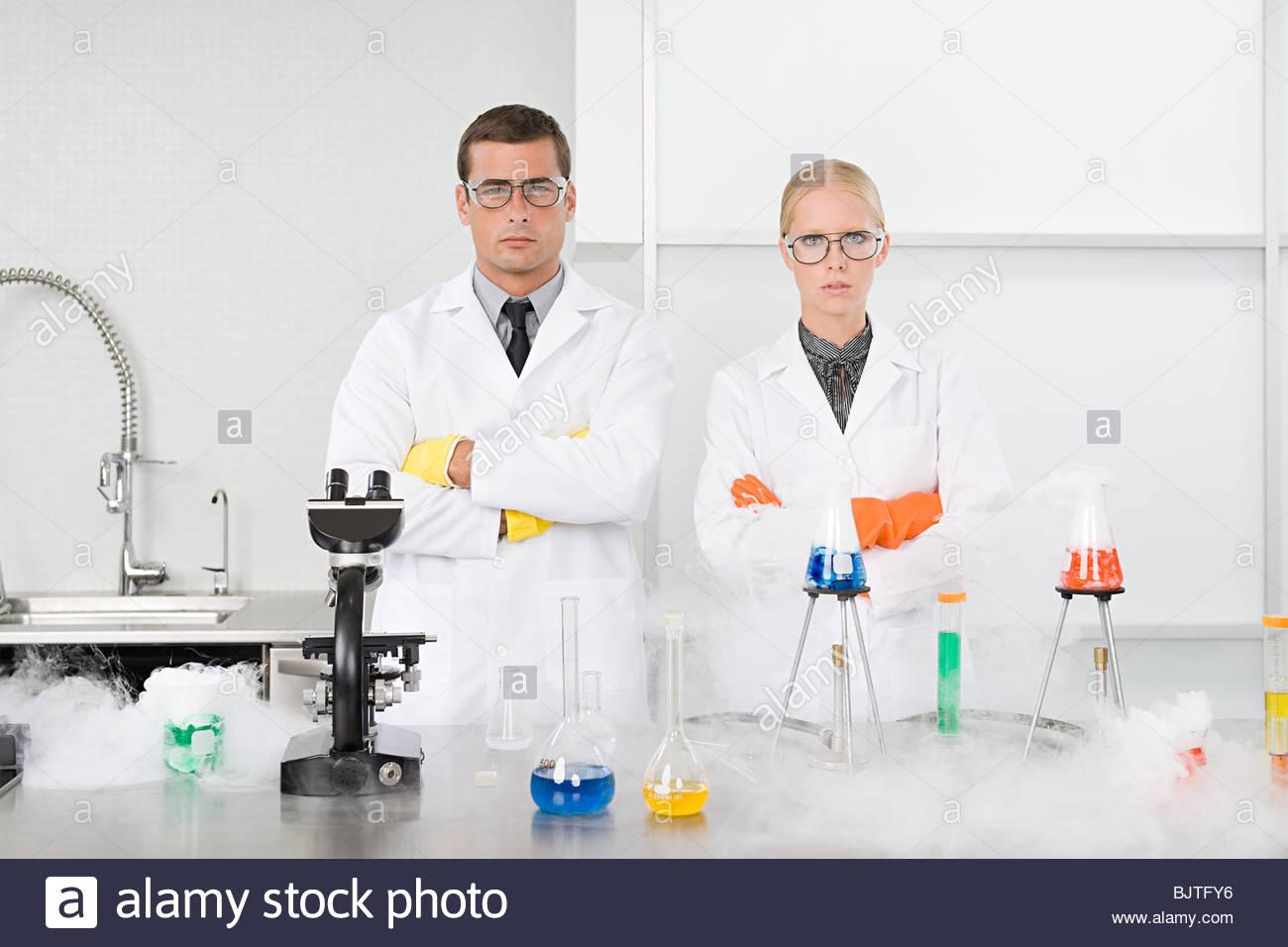 Retrato de los científicos en el laboratorio Imagen De Stock