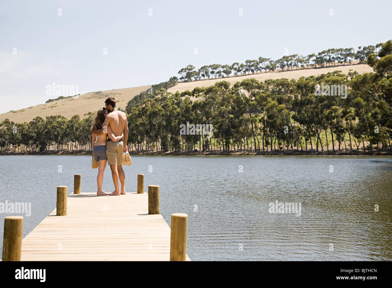 Par disfrutar de vacaciones junto al lago Imagen De Stock