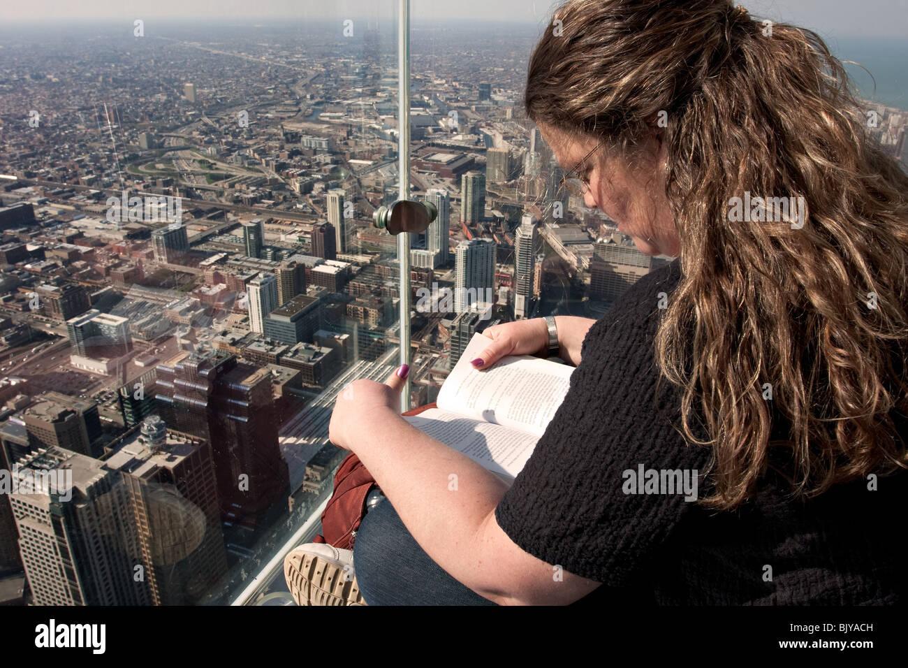 La Cornisa Mujer Leyendo En La Terraza De Observación