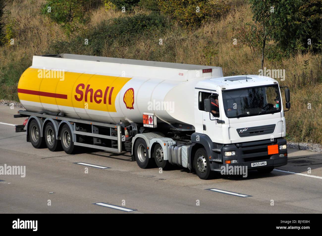 Autopista M25 Shell fer neumáticos de camiones cisterna de combustible ahorro eje levantado Hazchem químicos Imagen De Stock