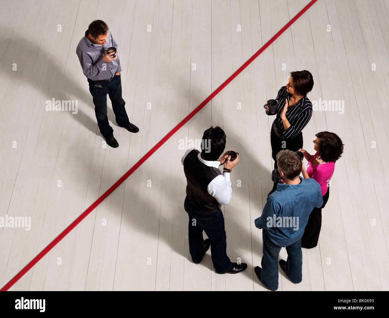 Los hombres y mujeres de negocios por línea roja Imagen De Stock