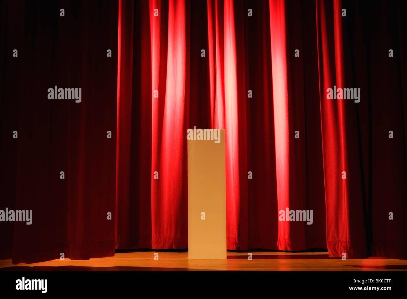 Las luces en el escenario de teatro Foto de stock