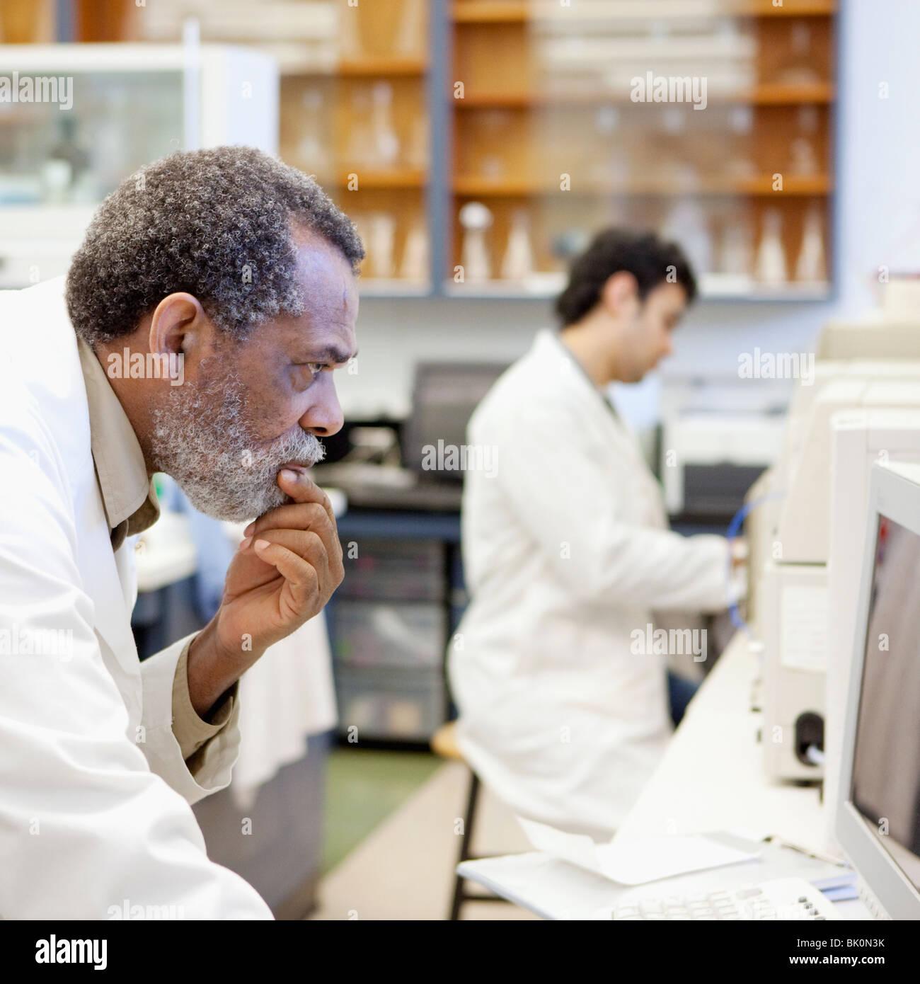 Afro-americano científico que trabaja en el laboratorio Foto de stock