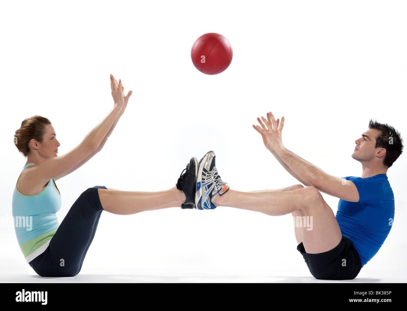 Par hombre y mujer pelota fitness postura Worrkout ejercicio abdominales  entrenamiento sobre fondo blanco aisladas Imagen f8b0c3073120