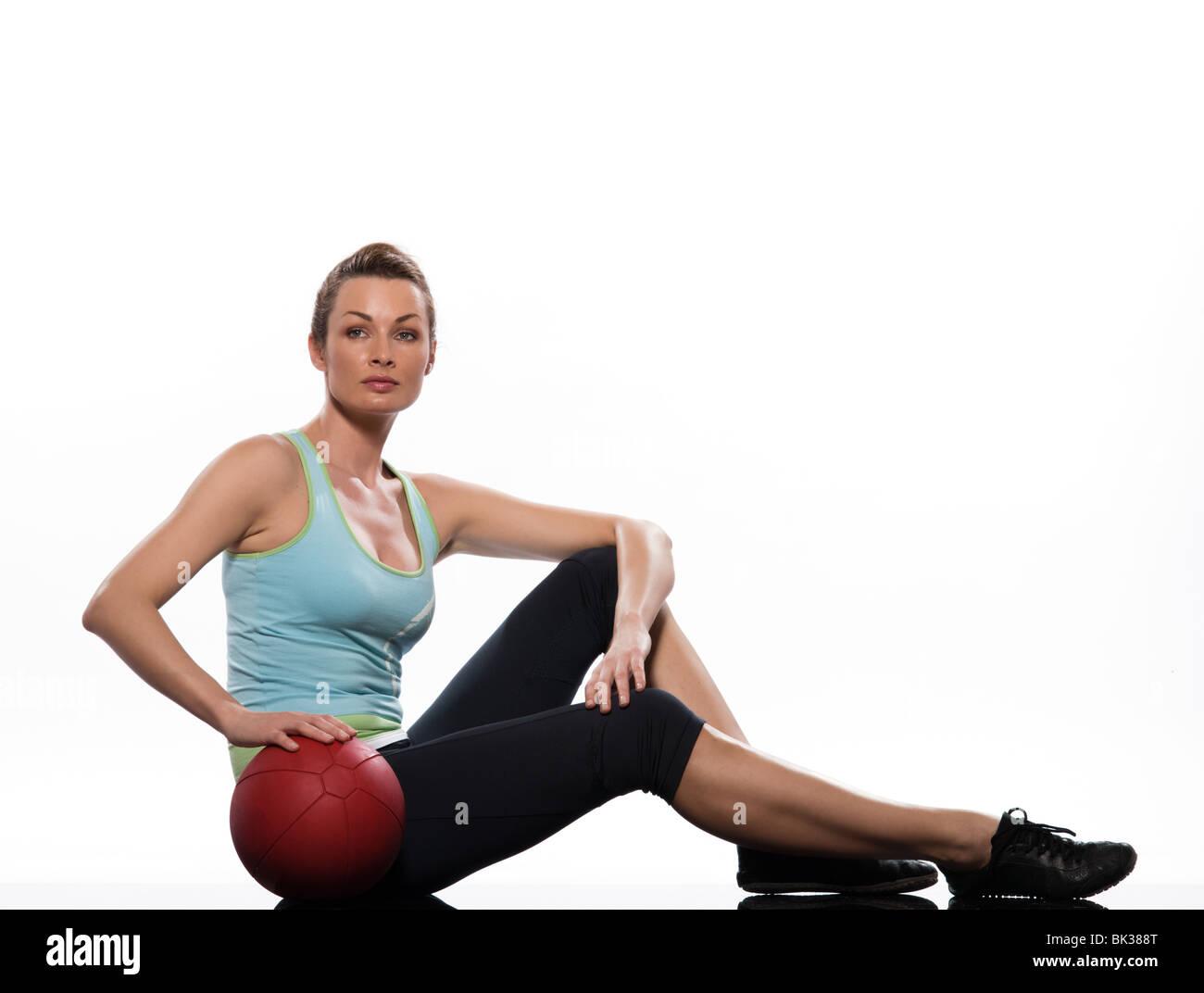 Mujer sosteniendo pelota fitness postura Worrkout ejercicio abdominales  entrenar la postura sobre fondo blanco aisladas Imagen 80ebc1351efb