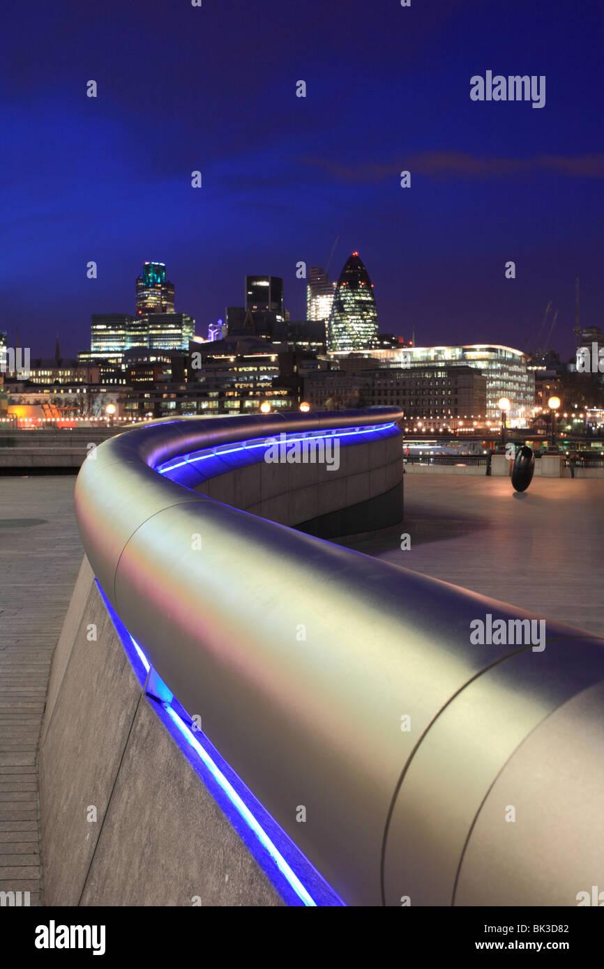 'Más' de Londres tubo de acero inoxidable pasamanos serpenteando hacia la distancia hacia el río Támesis y la Torre Foto de stock