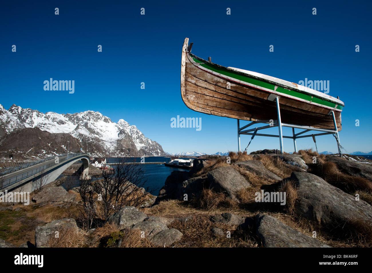Embarcación pesquera de madera viejo encaramado sobre pueblo de Henningsvaer en las islas Lofoten en Noruega Imagen De Stock