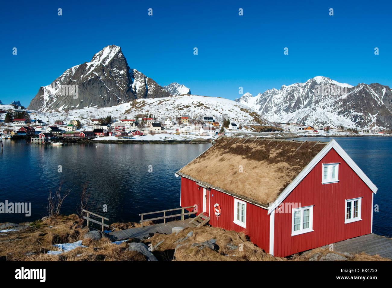 Las Islas Lofoten; madera roja tradicionales Rorbu Fisherman's hut en aldea de reine en Noruega Imagen De Stock