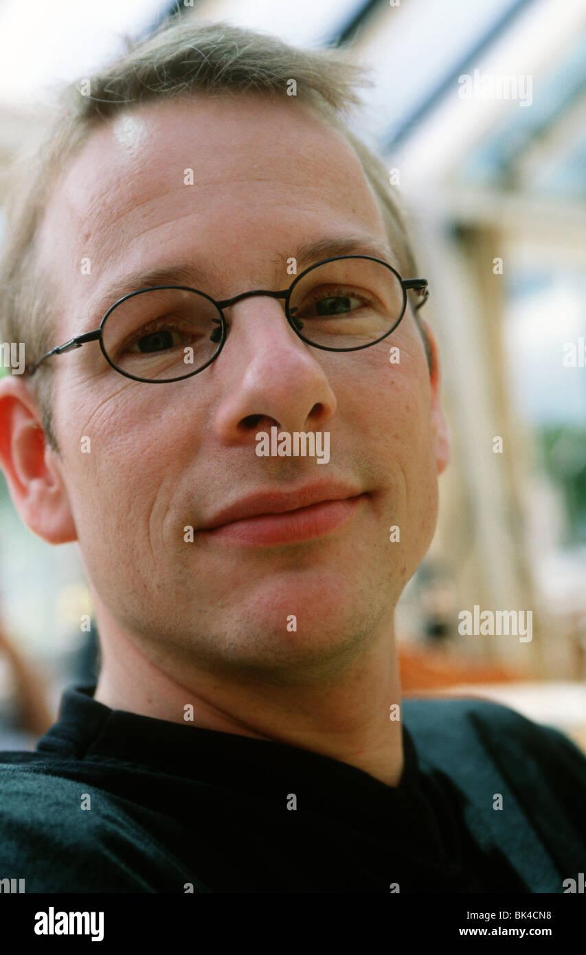 Headshot adulto hombre blanco 30s nerd tipo Imagen De Stock