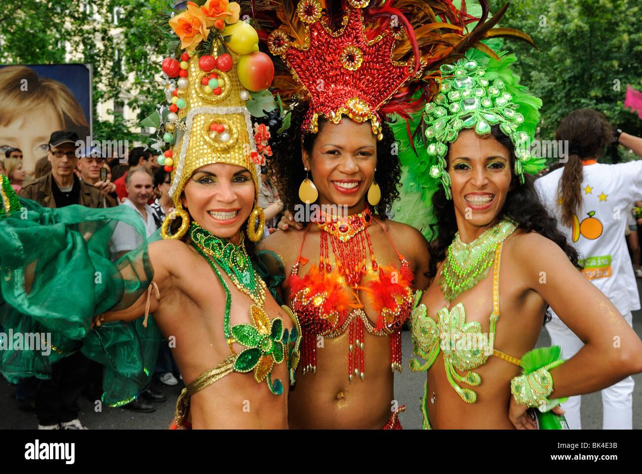 Tres bailarines de samba brasileña en el Karneval der Kulturen, el Carnaval de las Culturas, distrito Kreuzberg Imagen De Stock
