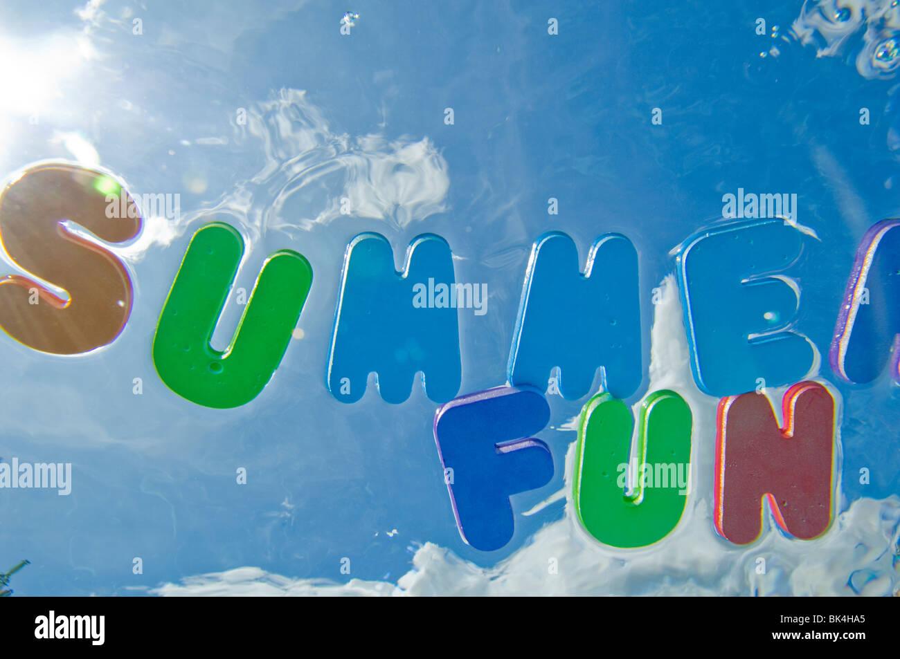 Summer Fun letras flotando sobre el agua de la piscina Imagen De Stock