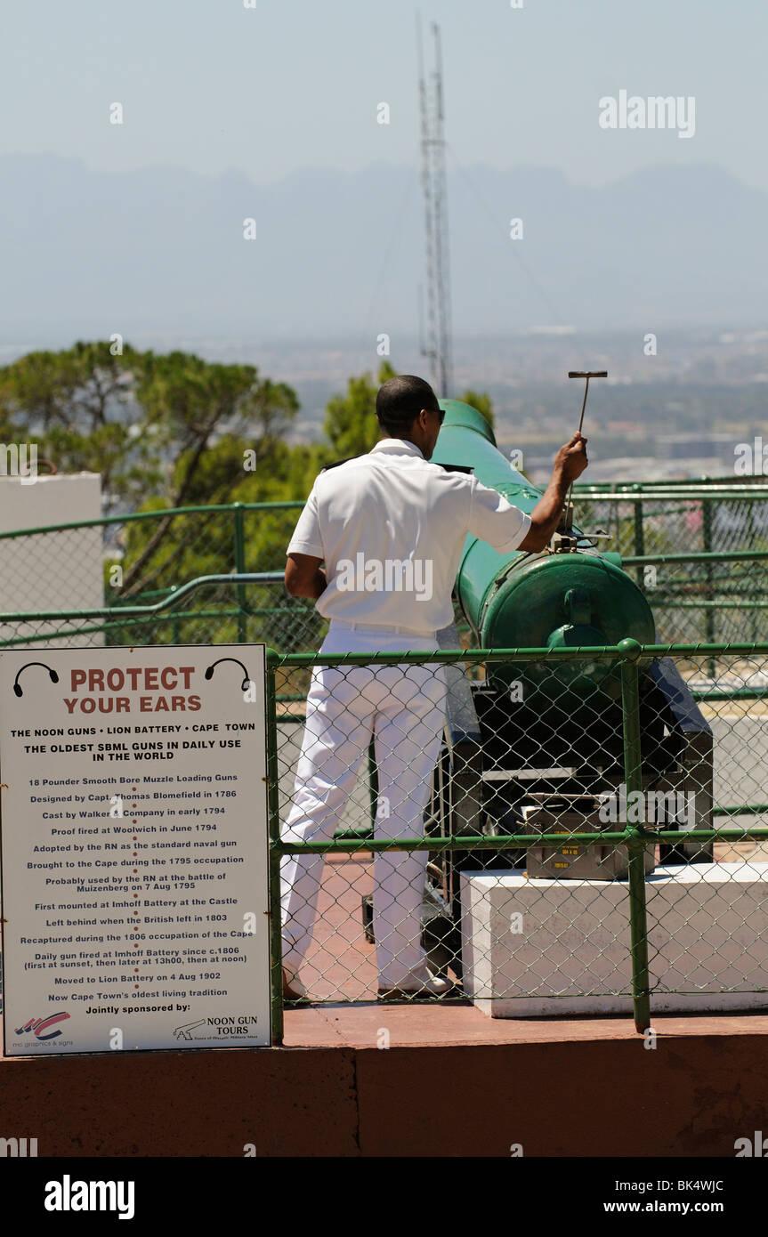 Oficial de la marina de Sudáfrica se prepara para disparar el cañón de mediodía histórico Imagen De Stock