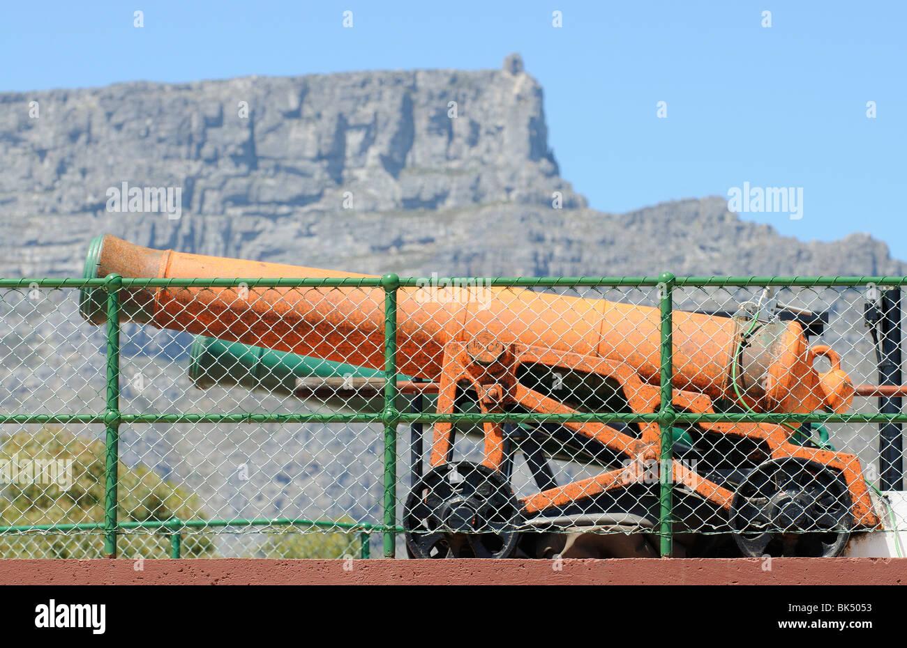 La montaña de la mesa Sudáfrica telón de fondo de la histórica que se dispara la pistola de Imagen De Stock