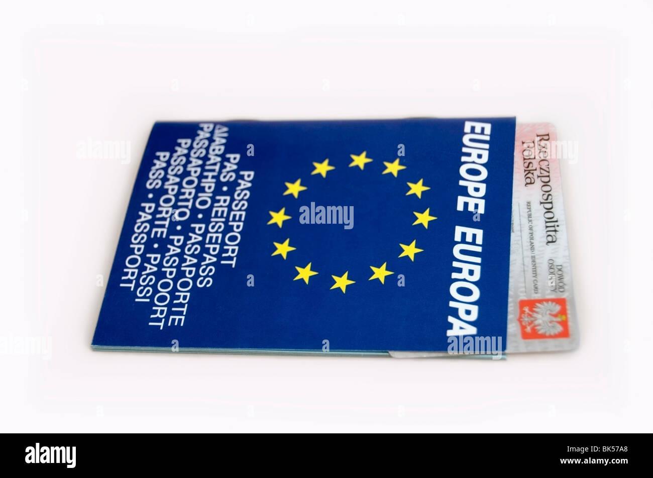 Pasaporte Europeo, folleto bilingüe en azul con estrellas amarillas y tarjeta de identificación polaco sobre fondo blanco, Europa, UE Foto de stock