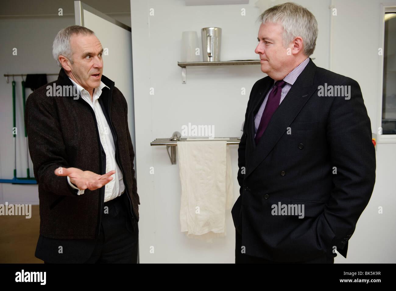 Carwyn Jones, Primer Ministro en el Gobierno de la Asamblea de Gales, hablando con Patrick Holden , Director de Imagen De Stock