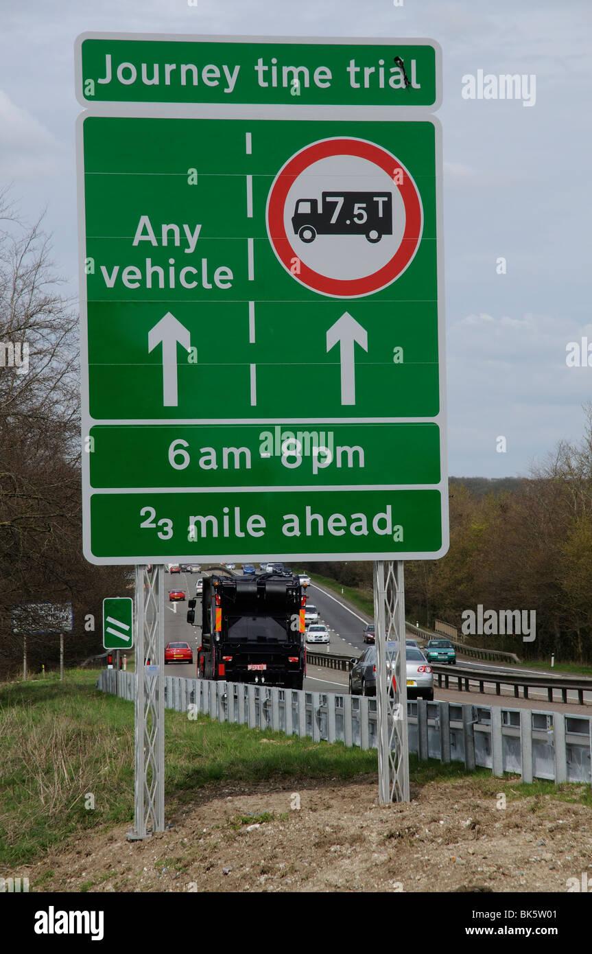 La Agencia de Carreteras camión juicio ban desde el carril exterior de la carretera A34 durante las horas de Imagen De Stock