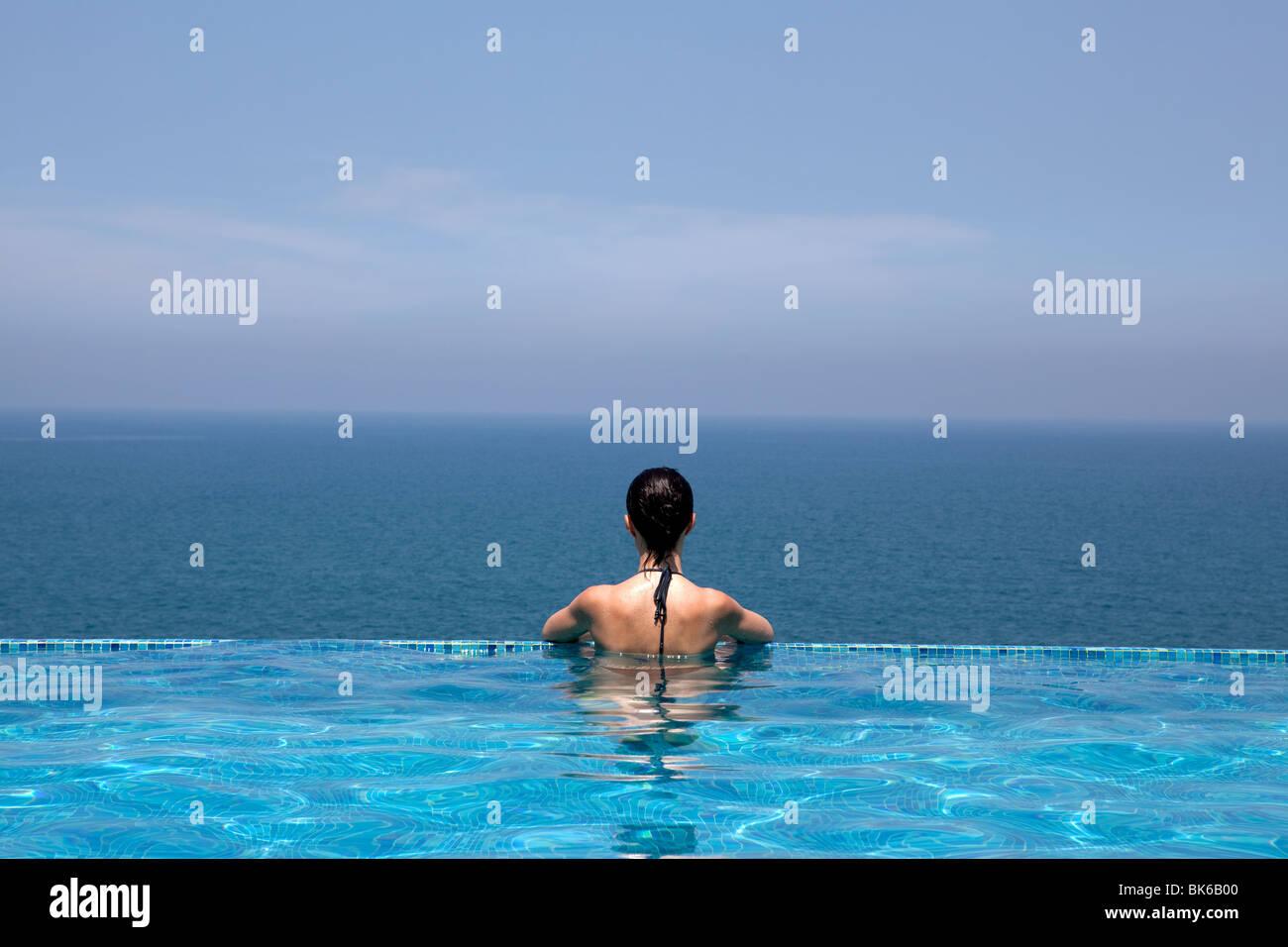 Espléndida piscina en un complejo hotelero en el estado de Kerala indi Imagen De Stock