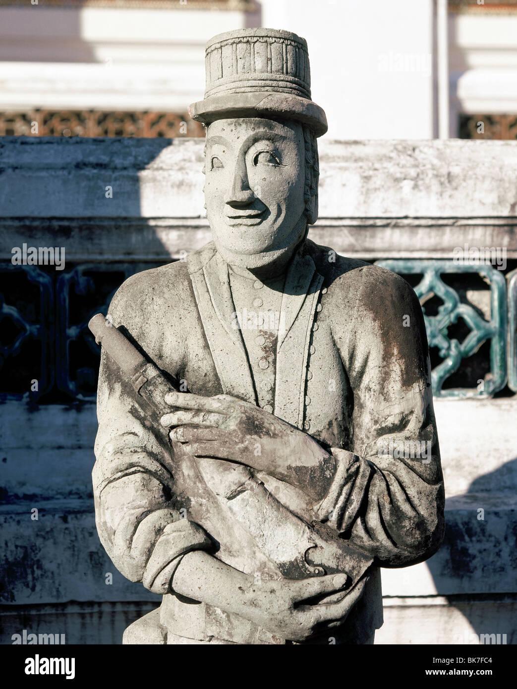 Estatua de piedra de fabricación china mostrando un soldado europeo, Wat Suthat de Bangkok, Tailandia, el sudeste Imagen De Stock