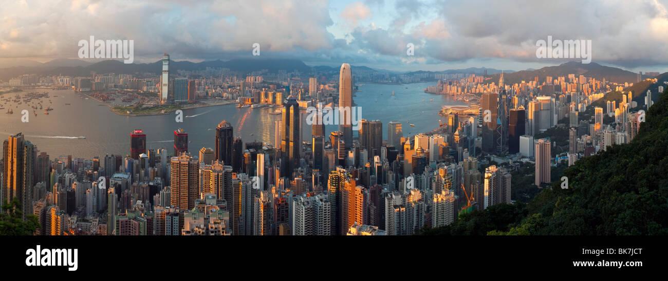 Vista panorámica con el horizonte iluminado de Central por debajo del pico, visto desde el Pico Victoria, Hong Kong, China, Asia Foto de stock