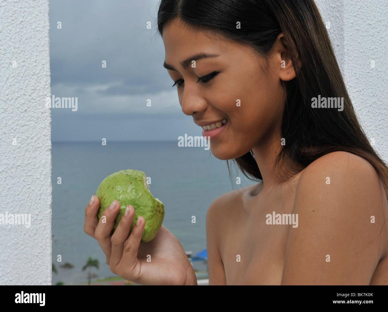 Chica con guayaba, Thunderbird Resort y Spa, la Unión, Filipinas, el sudeste de Asia, Asia&#10,&#10, Imagen De Stock