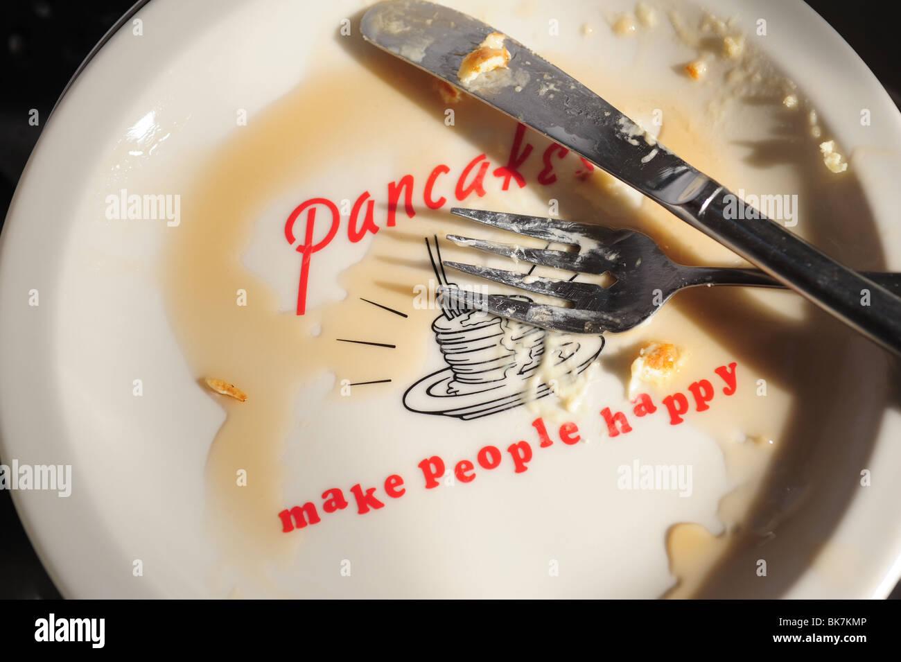 Placa vacía para tortitas, cuchillo y tenedor, jarabe- panqueques hacer feliz a la gente Imagen De Stock