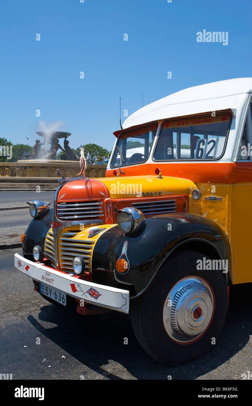 Los autobuses típicos en Valletta, Malta, Europa Imagen De Stock