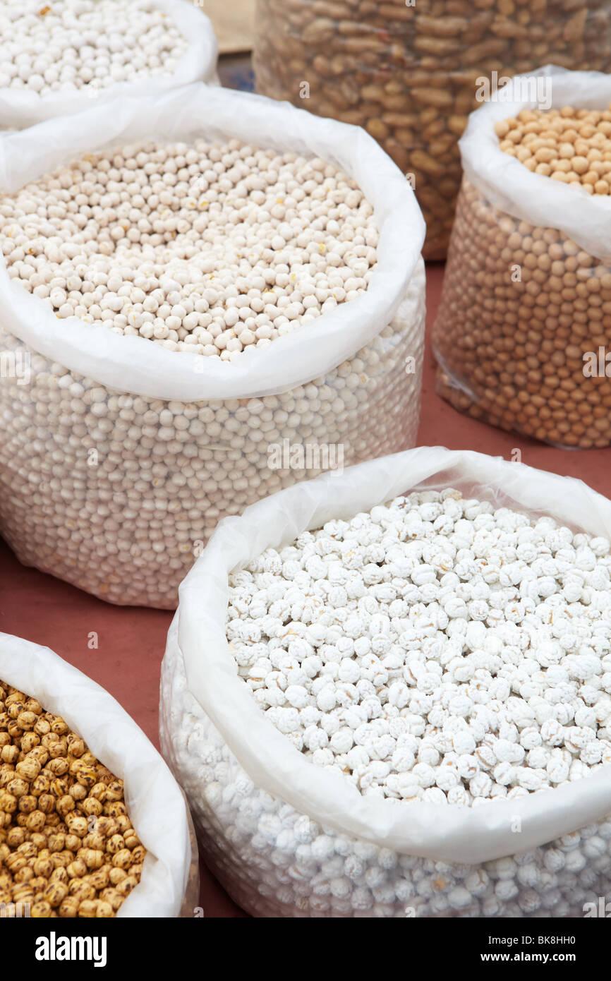 Los garbanzos y garbanzos en bolsas de secar producen (nueces, semillas y especias) del mercado como una textura de fondo de alimentos. Shal Foto de stock