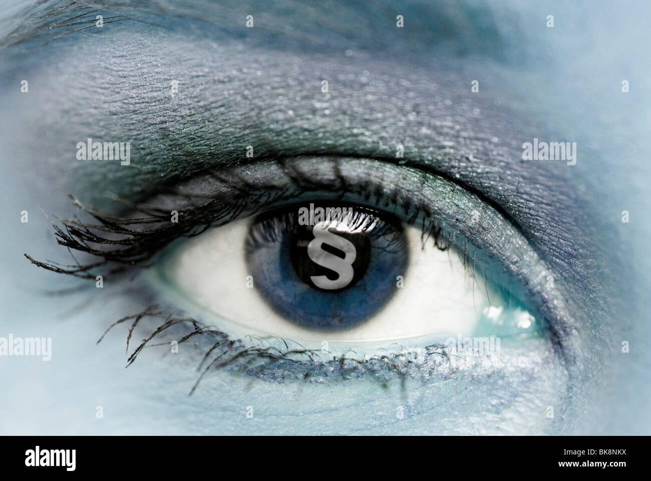 Símbolo de párrafo en el ojo de una mujer Foto de stock