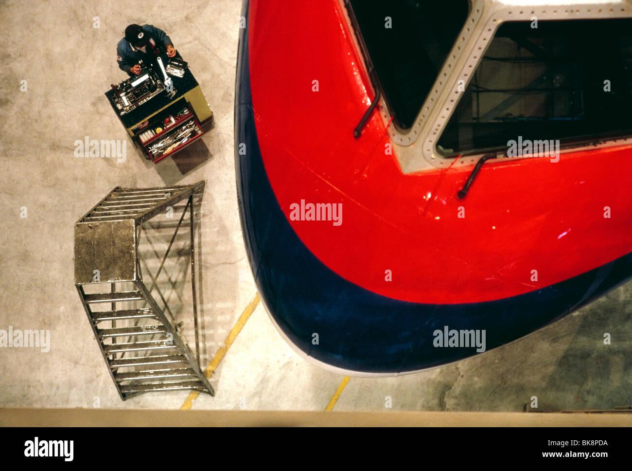 Vista aérea de la aviación mecánico que trabaja en un jet de United Airlines Maintenance Facility Imagen De Stock