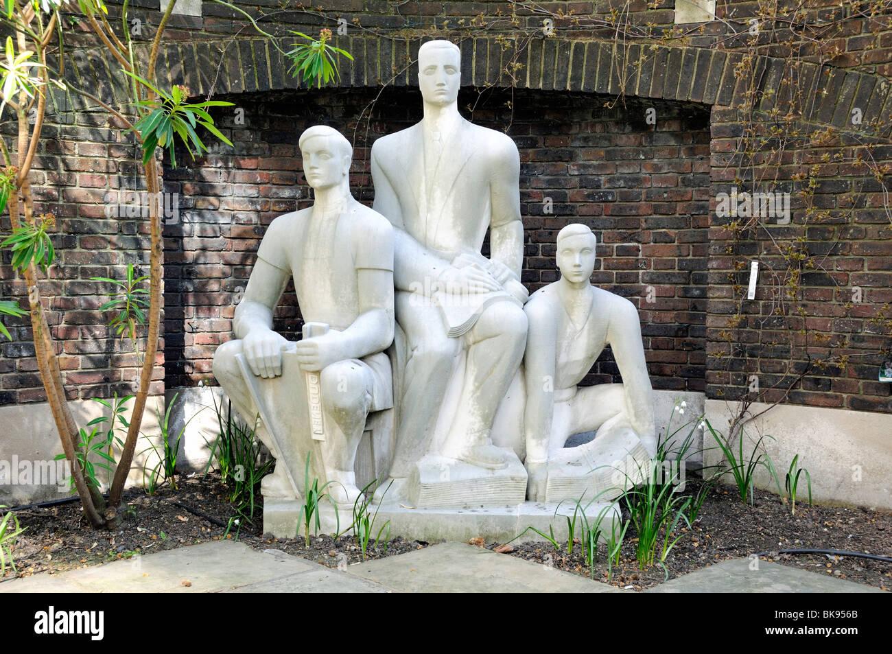 Las tres impresoras por el escultor Wilfred Dudeney RBS en el Goldsmiths' Empresa garden Gresham Street, en la ciudad Foto de stock