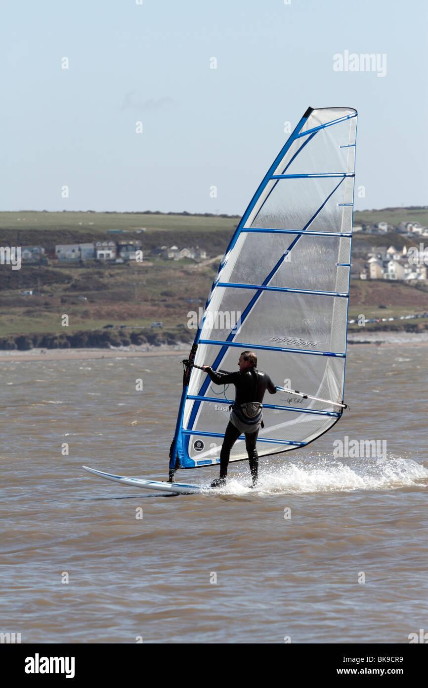 Los windsurfers cerca de la playa en la Bahía de Trecco Porthcawl Imagen De Stock