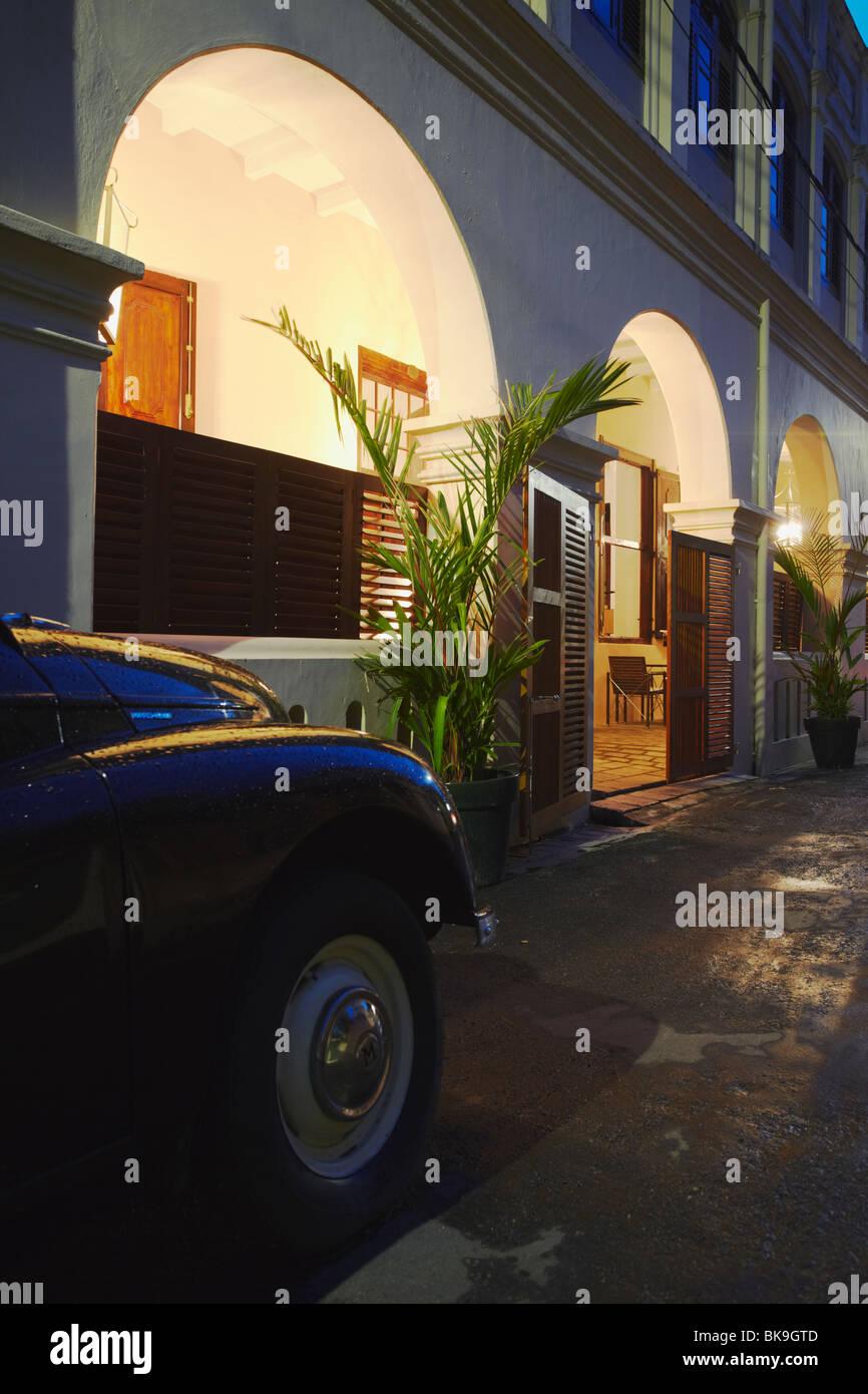Morris Minor fuera del hotel Fort Impresoras en Galle Fort, Galle, Sri Lanka Foto de stock