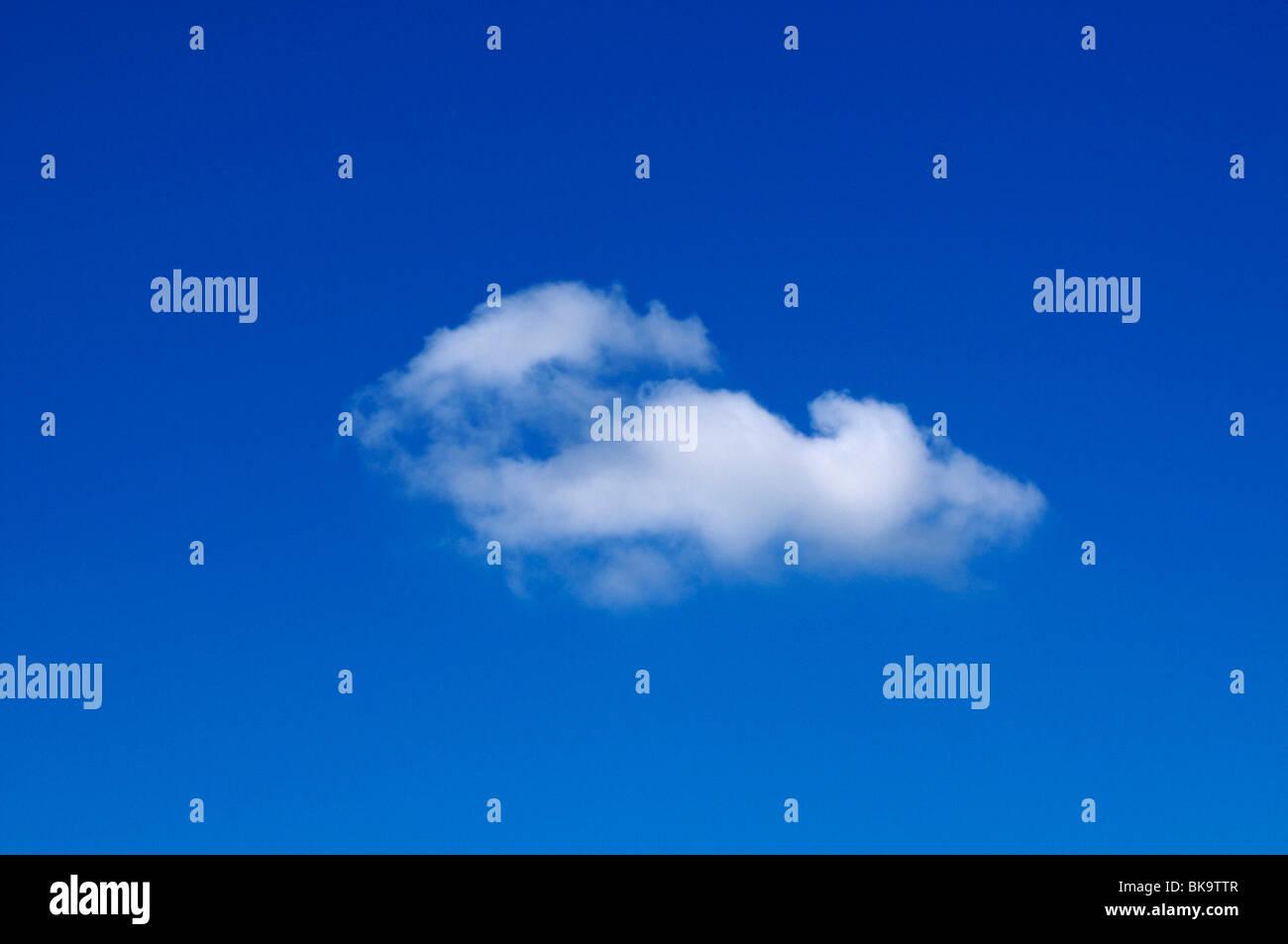 Cirrostratus nube en el cielo azul Imagen De Stock