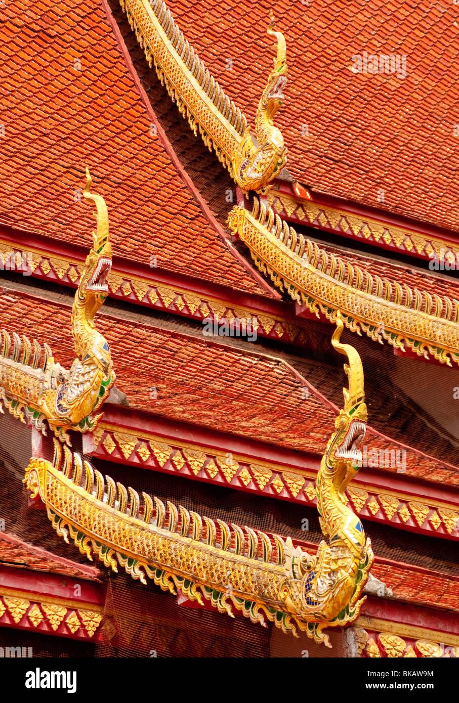 Detalle del techo en Wat Chetawan templo budista en Chiang Mai, Tailandia. Imagen De Stock